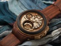 自動巻きの腕時計が止まるとリューズでゼンマイを …